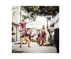 Gli Acrobati: uno spettacolo di acrobazia e stupore.